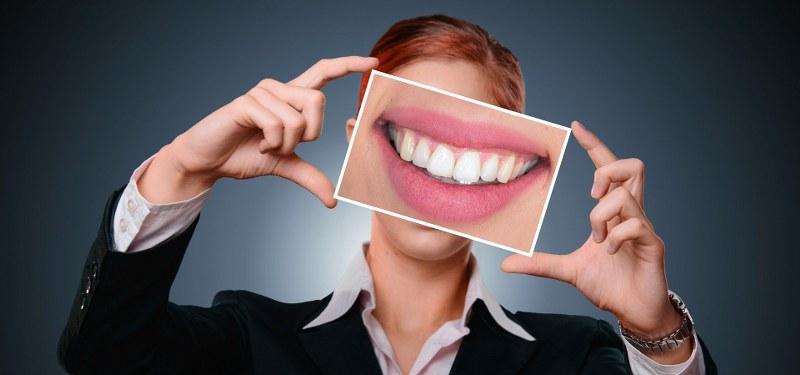 Come avere denti sani e bianchi? Le regole fondamentali